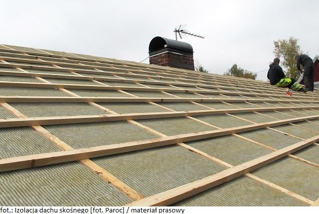 Jak projektować dach skośny pod kątem izolacji termicznej i przepływu powietrza?