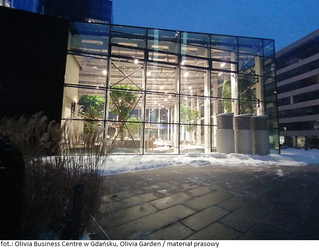 Inwestycje komercyjne idą w kierunku zieleni: Pierwsze drzewo zasadzone w 180-metrowym biurowcu Olivia Business Centre w Gdańsku