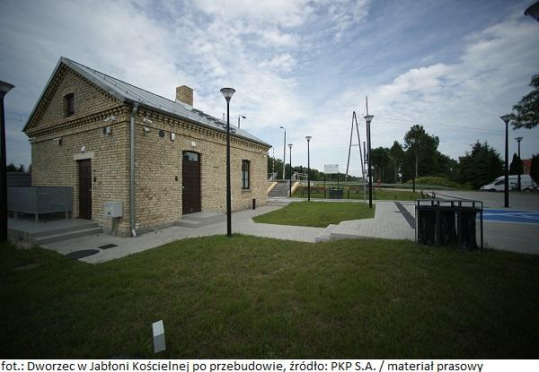PKP S.A.: Zakończyła się kompleksowa przebudowa zabytkowego dworca kolejowego w Jabłoni Kościelnej